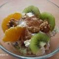 Pohankove vločky s ovocem a jogurtem v misce