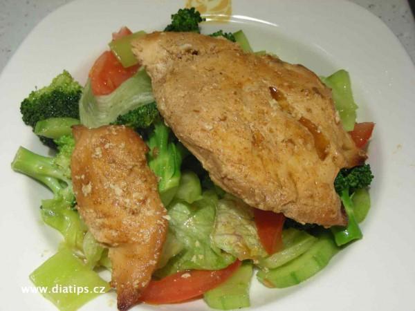 Zeleninový salát s kuřecím masem jako dietní pokrm