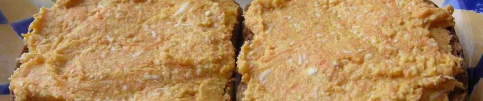 Mrkvová pomazánka na plátcích celozrnného chleba