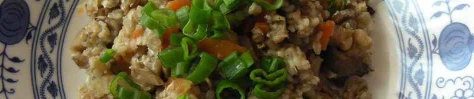 Pohankové rizoto s houbami na talíři