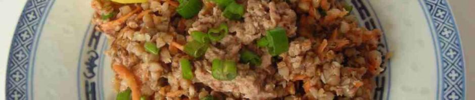Pohankový salát tuňákem na talíři