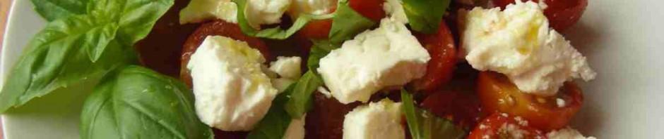 Salát s rajčaty, sýrem a bazalkou