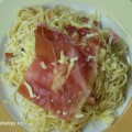 špagety s vejcem, sýrem a šunkou