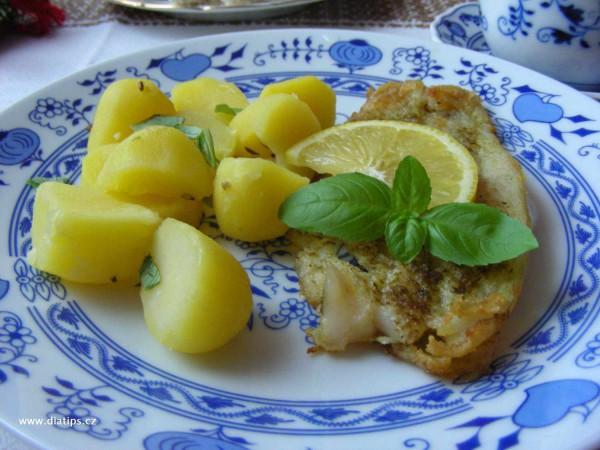 Rybí filety s bramborem na talíři