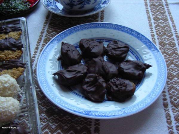 Švestky v čokoládě na talířku pro hosty