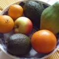 Avokádo a jiné ovoce v míse