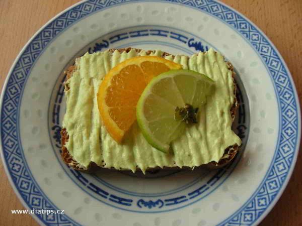 Pomazánka z avokáda namazaná na toastovém chlebu