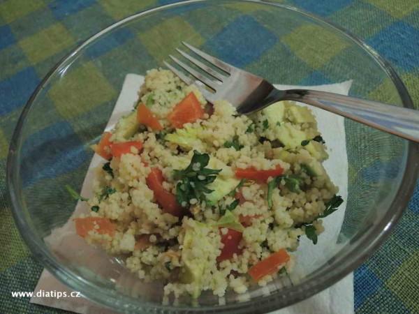 Kuskus se zeleninou a avokádem naservírovaný v misce