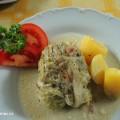 Kapustové závitky na talíři s bramborem