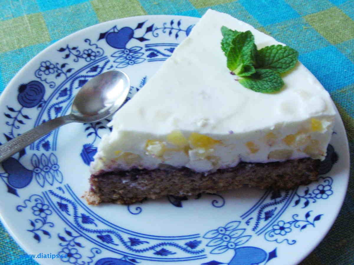 Porce ořechového dortu na talířku