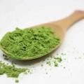 smaragdově zelený prášek