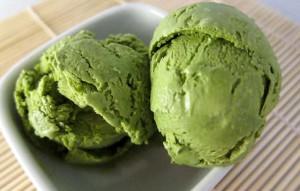 zeleně zbarvená zmrzlina s čajem matcha
