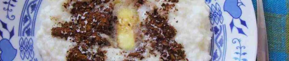 Rýžová kaše sypaná kakaem se sladidlem a s kouskem másla na talíři