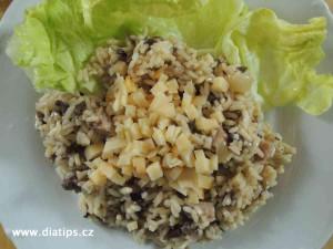Houbové rizoto na talíři sypané sýrem, zdobené salátem