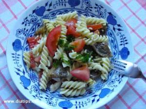 Těstoviny s lilkem a zeleninou na talíři