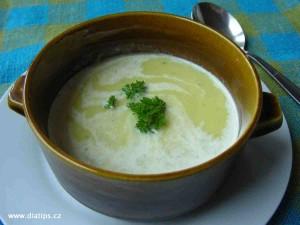 Hustá krémová polévka z pórku v misce