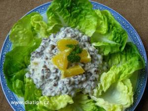 Čočkový salát na talíři vyloženém hlávkovým salátem