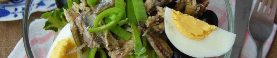 Salat z Nice naservírovaný v jídelní misce spolu s pečivem