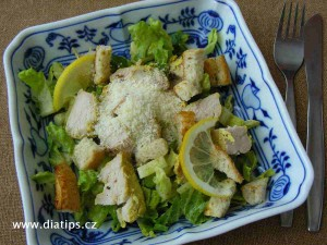 Sváteční salát s kostičkami pečiva
