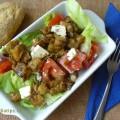 salát v misce připravený k večeři