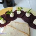 plátky vařené červená řepy se krémovým sýrem