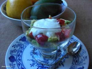 Avokádový salát s paprikou ve skleněné misce