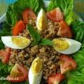 Bulgurový salát s vejci a rajčetem na talíři vyloženém hlávkovým salátem