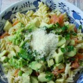 Těstovinový salát s uz.lososem a avokádem