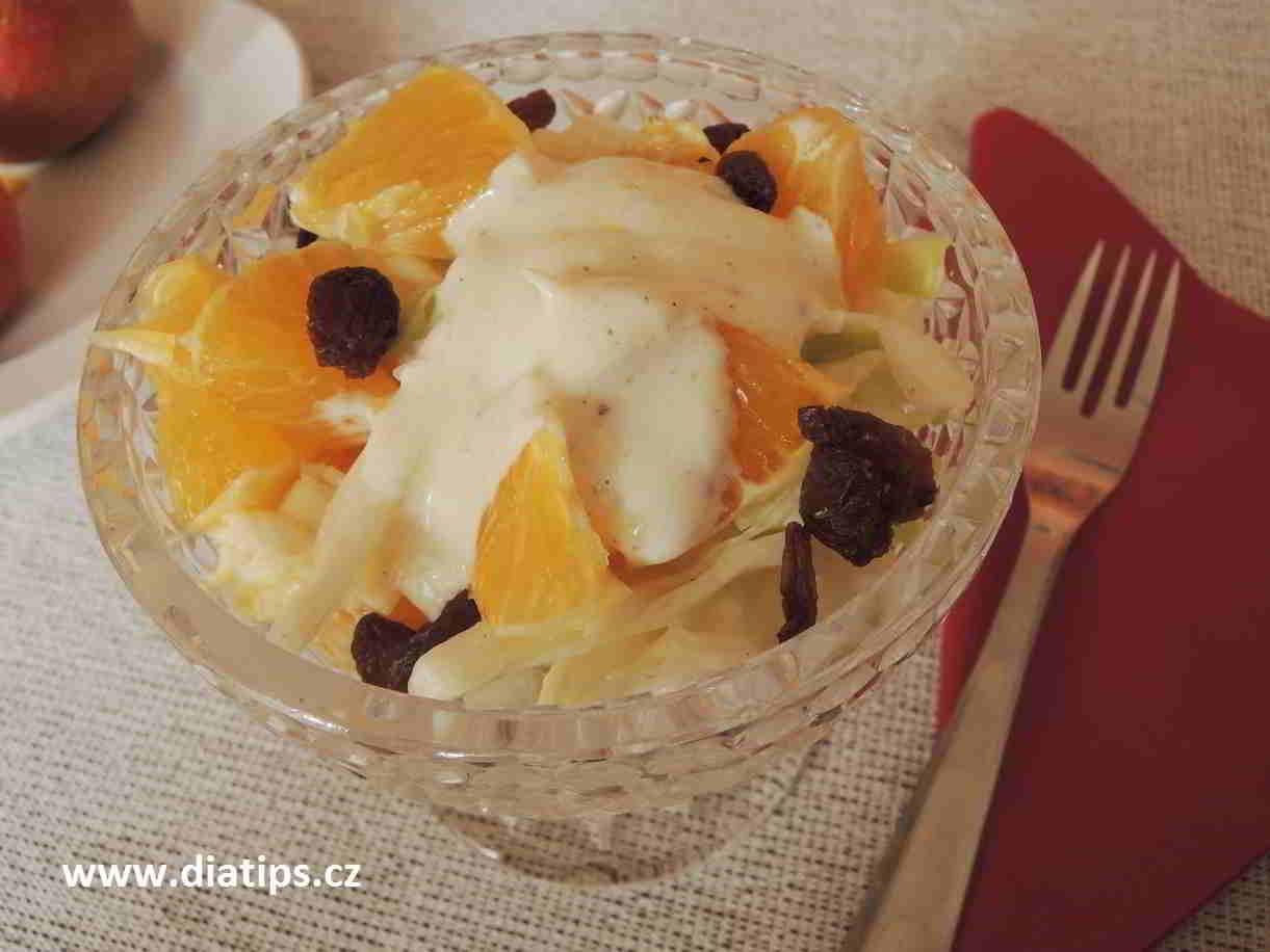 salát v misce přelitý jogurtovou zálivkou