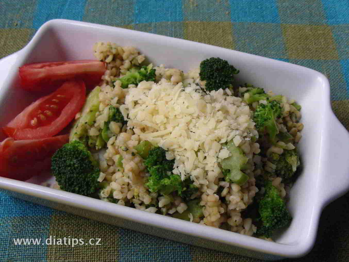 brokolicový salát naservírovaný v misce a doplněný půlkou rajčete
