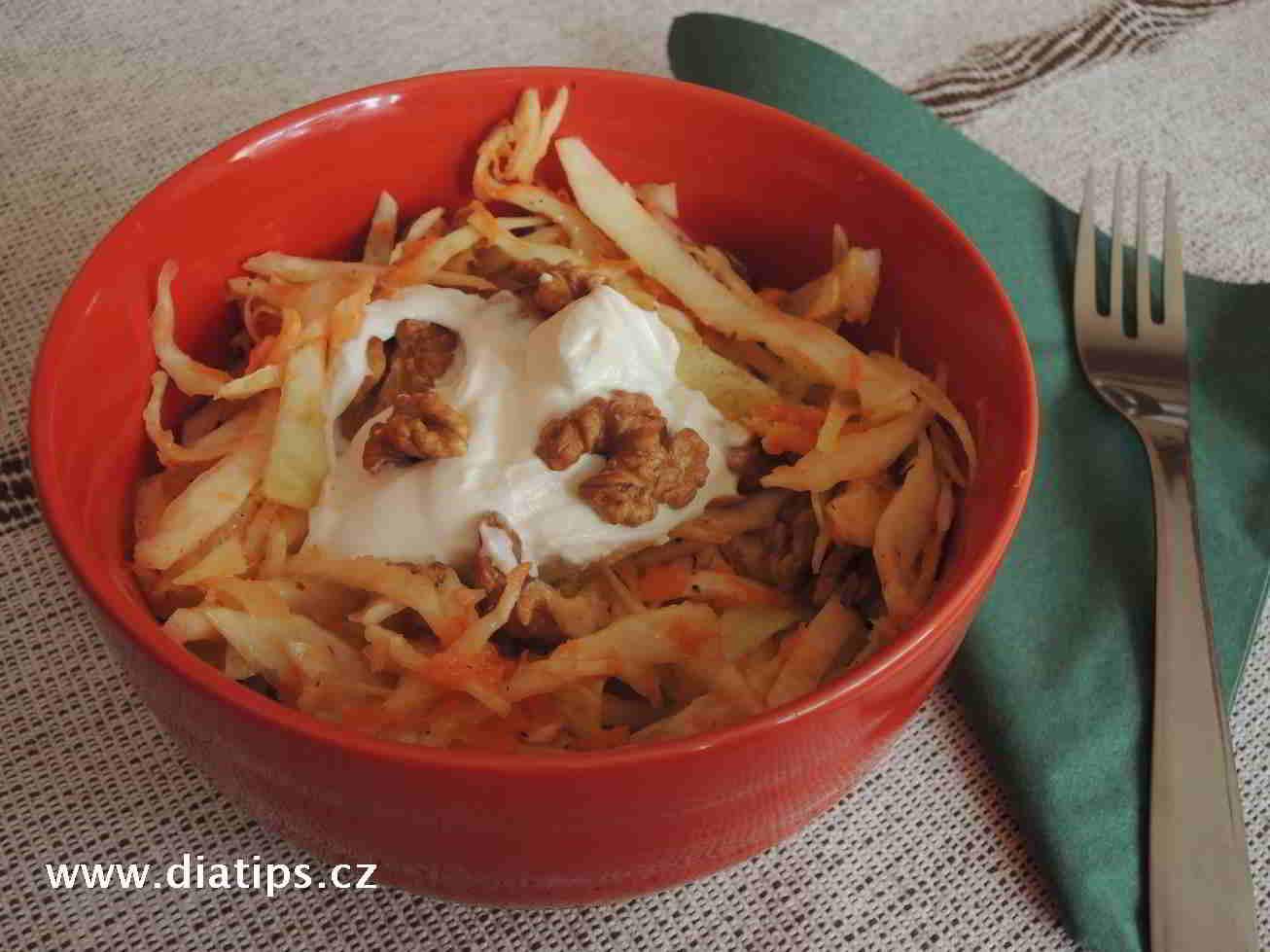 salát naservírovaný v misce, ozdobený jogurtem a ořechy
