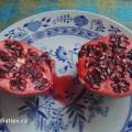 Granátové jablko na talíři po rozpůlení