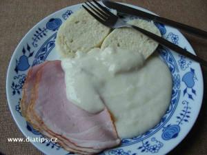 Křenová omáčka na talíři