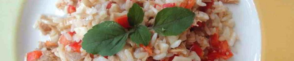 Rýžový salát s tuňákem na talíři