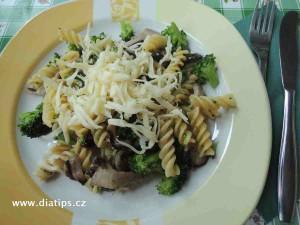 Těstoviny s brokolicí a houbami na talíři