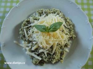 Špenátové rizoto s kopečkem strouhaného sýra a bazalkou na talíři