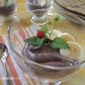 Dezert v poháru ozdobený ovocem