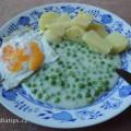 Na talíři vařený brambor, hrášek a volské oko