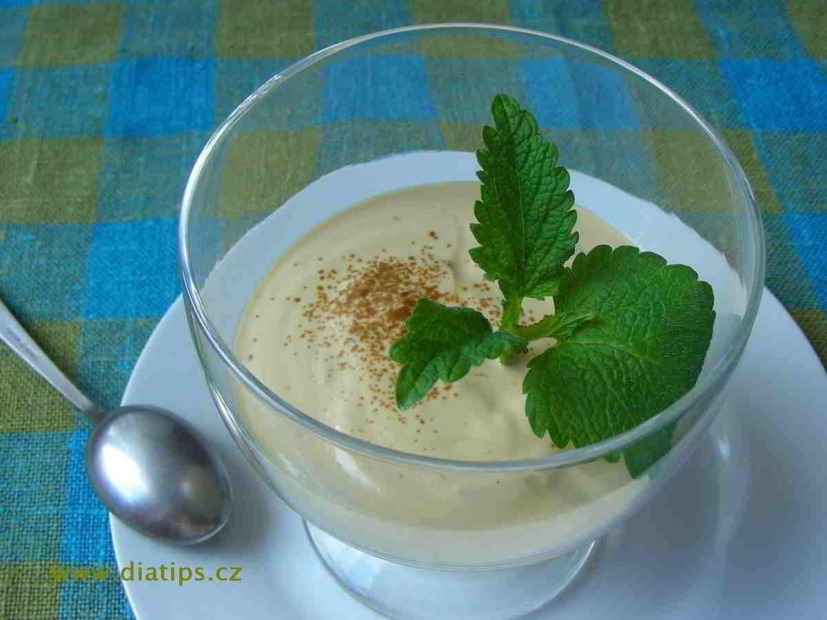 Kávový dezert z jogurtu ozdobený lístky meduňky