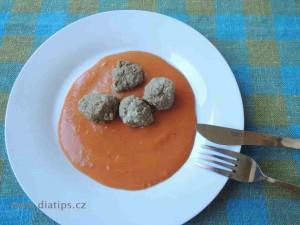 Rajská omáčka a kuličky z mletého masa na talíři