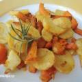 Zapečené brambory s dýní na talíři