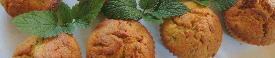 Dýňové muffiny na talíři s lístky meduňky