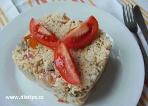 Rizoto na talíři ozdobené čtvrtkami rajčete