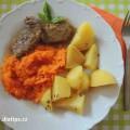Dušená mrkev s masem a bramborem na talíři