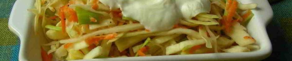 zdravý salát ze zelí a mrkve s jogurtem