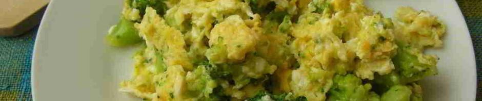 brokolice s vejci jako na mozeček na talíři