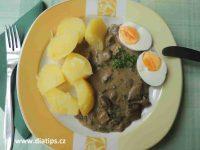 Porce houbové omáčky s vařeným bramborem a vejcem