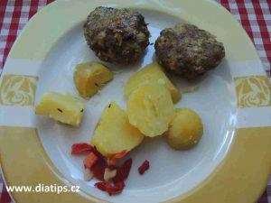 Dva karbanátky s bramborem na talíři