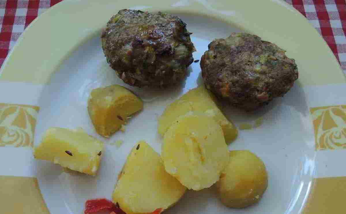 jedna porce karbanátků s bramborem