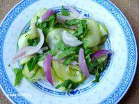 Salát s cuketou a cibulí připravený k jídlu